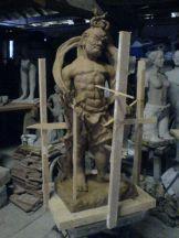 Die Holzstäbe stützen die Figur